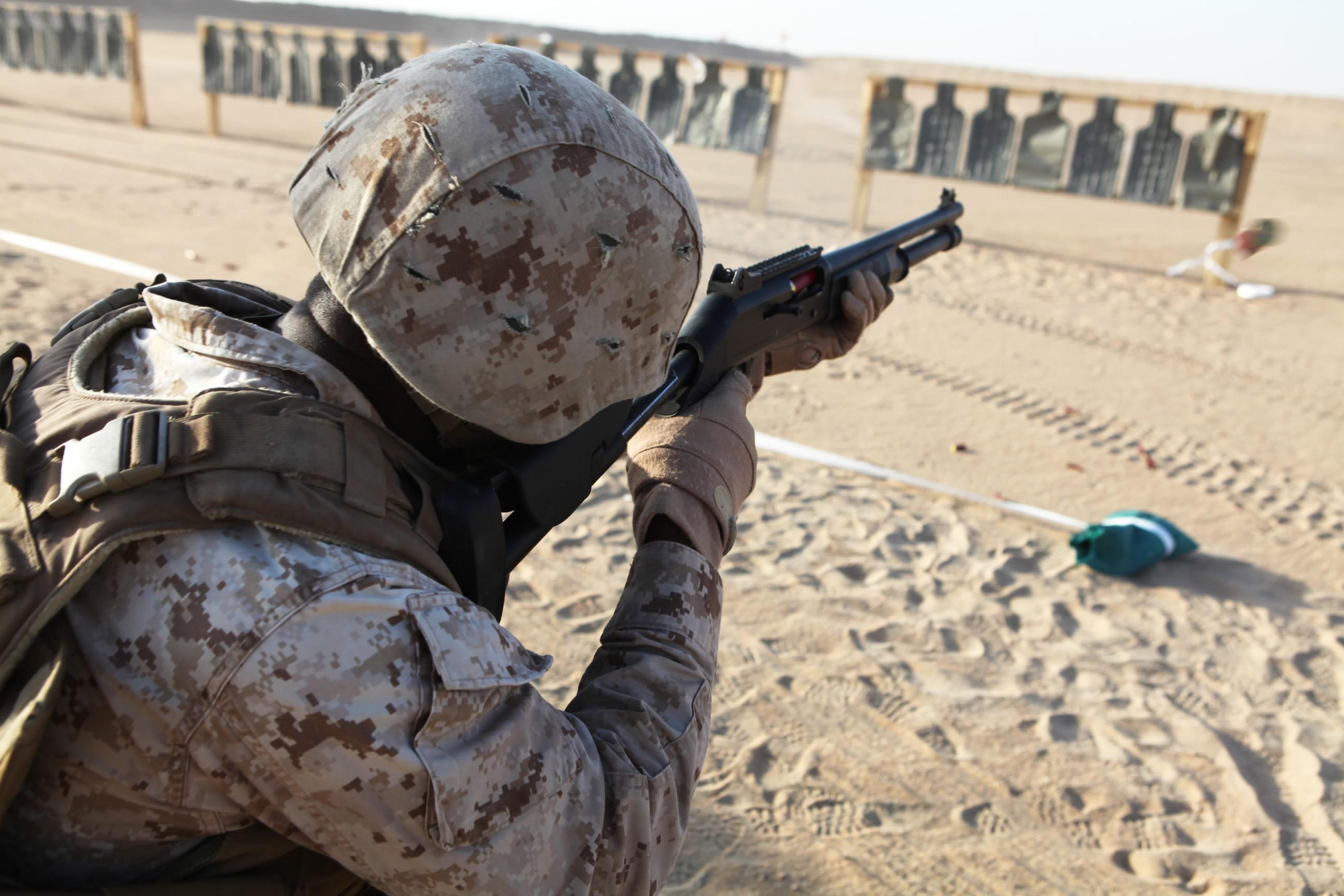 Marines con fucile M4 Benelli al campo di addestramento Udairi in Kuwait, agosto 2012