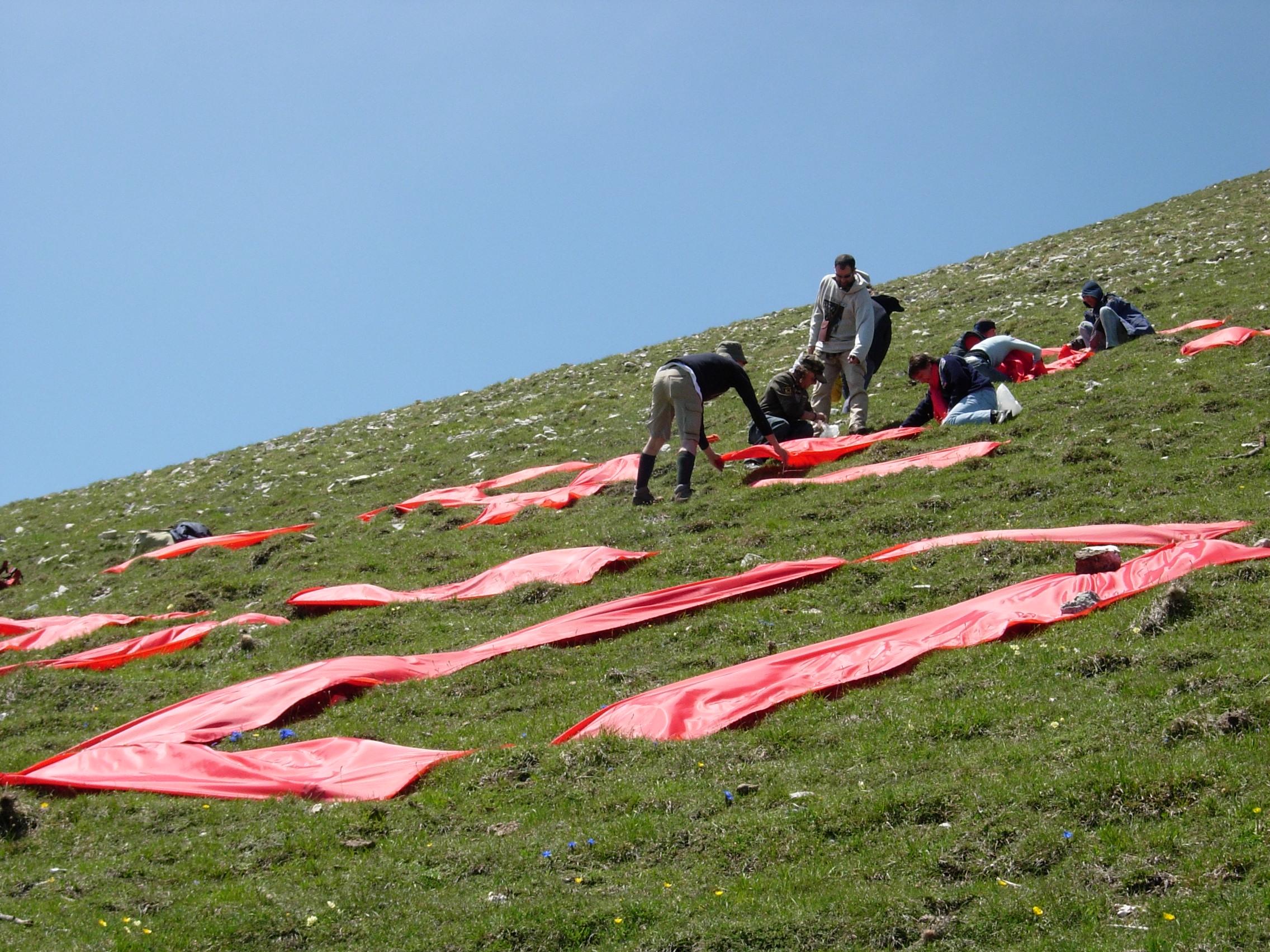 Mega scritta 'Si al Parco' in stoffa rossa sul Monte Acuto, giro d'Italia 13 maggio 2006