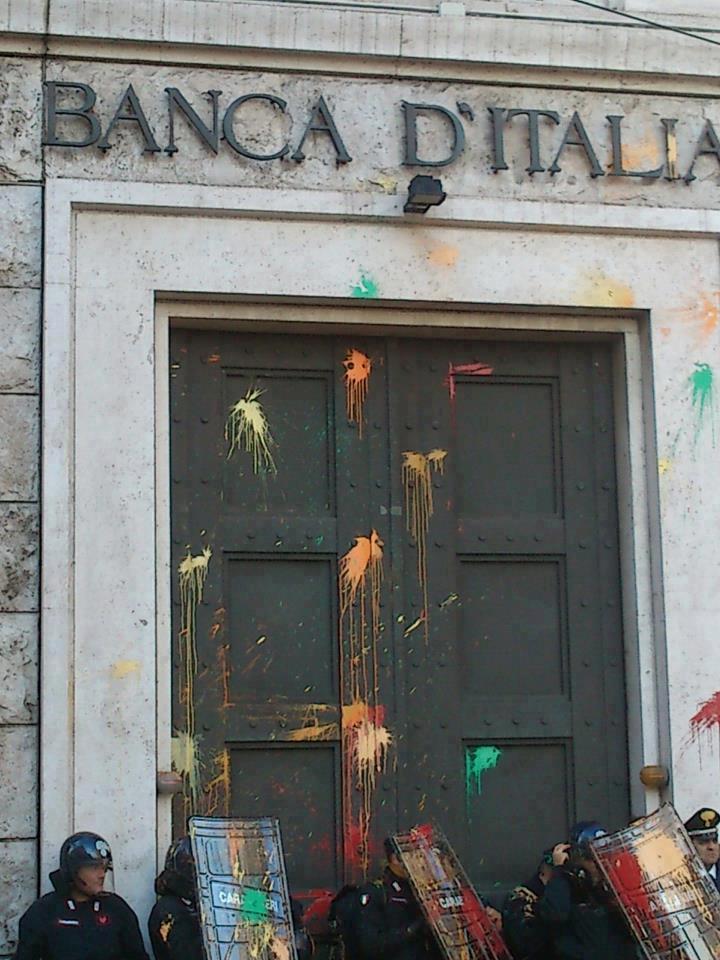 Ancona, 14 novembre 2012 - Uova di vernice contro la sede della Banca d Italia