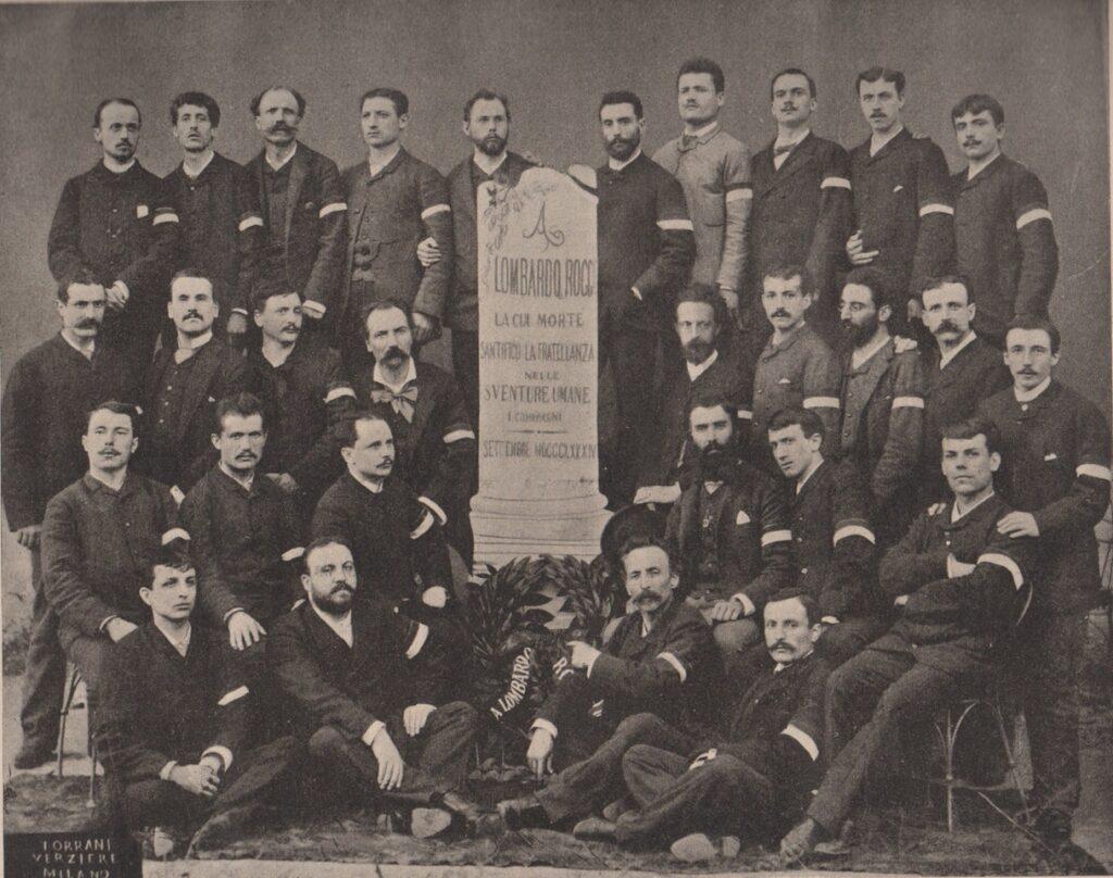 Gruppo di volontari per l'emergenza colera, Napoli 1884. Seduti a terra, da destra Luigi Musini e Felice Cavallotti